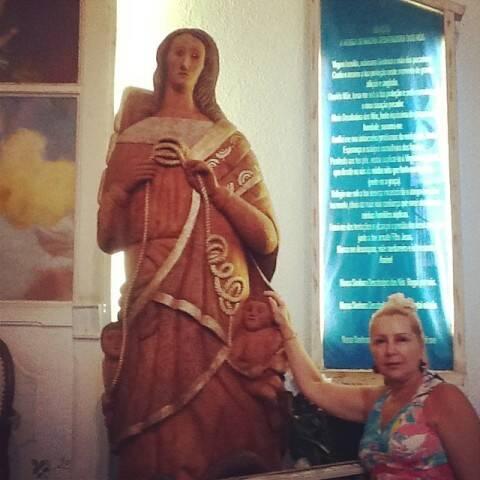 Ísis Penido e a imagem sacra de Nossa Senhora Desatadora de Nòs que virou objeto de discussão em Búzios / Foto: reprodução do Facebook