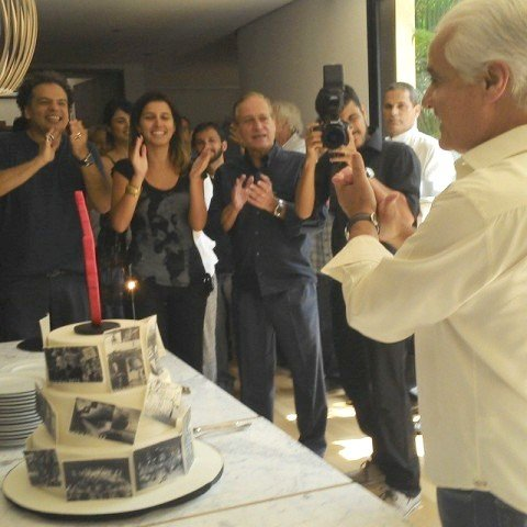 Roberto Medina, de camisa branca, à direita, recebe a homenagem dos amigos e funcionários da Artplan - dentre eles, seu irmão Rubem Medina / Foto: reprodução do Facebook