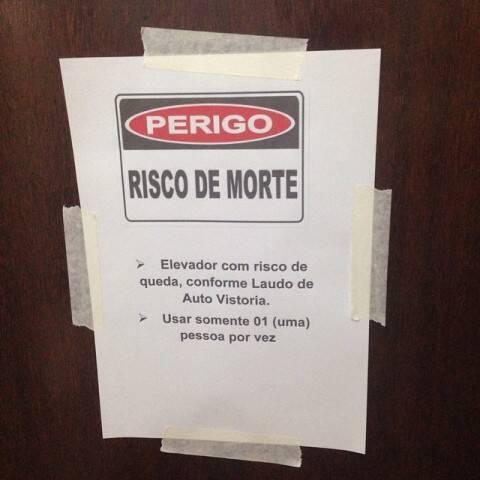 Aviso posto, nesta sexta-feira (23/01), na porta de um elevador em prédio de 11 andares em Copacabana / Foto: divulgação