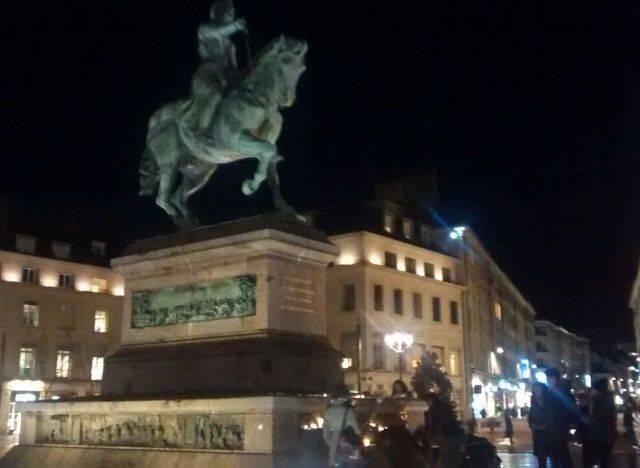 Franceses acendem velas, nesta quinta-feira à noite, no monumento à Joana D'Arc, em Orléans / Foto: Paulo Mendes