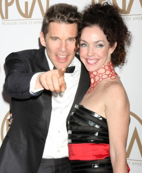 O ator Ethan Hawke e a irmã, Heather Powers, que usou um colar vermelho do designer Marzio Fiorini na festa do PGA Awards, em Los Angeles / Foto: reprodução da internet