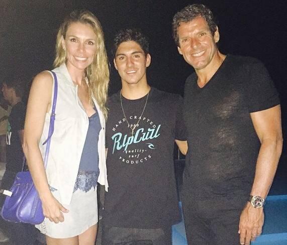 O casal Renata e Alexandre Accioly com o campeão Rafael Medina na piscina do Fasano