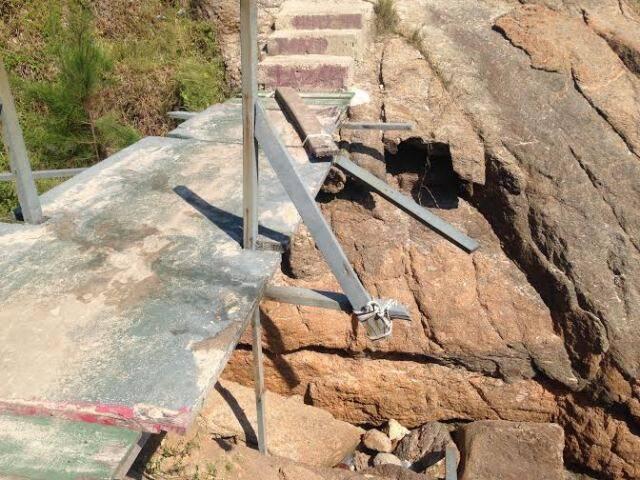 A ponte da Joatinga: único acesso para passar sobre as pedras e chegar até a praia está em condições críticas / Foto: Luli Dias Garcia