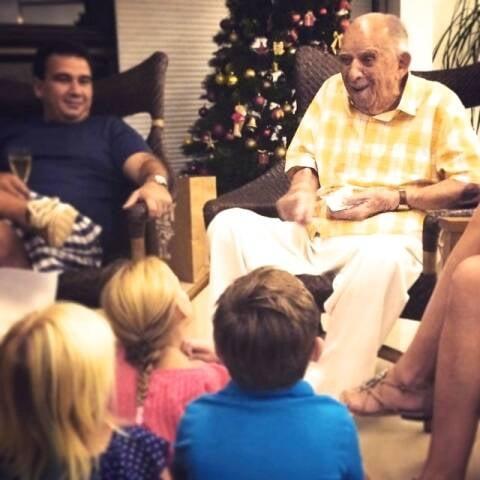 O almirante Hélio Leôncio Martins fazendo uma das coisas que mais gosta: contar histórias / Foto: acervo da família