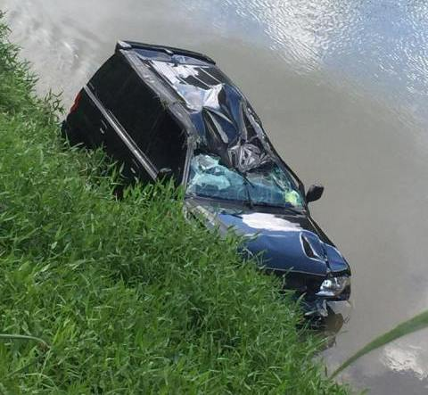 No alto, pessoas da cidade ajudam a tirar Adelaide de dentro do carro, à beira do rio Paraíba do Sul; acima, a Pajero danificada após três capotagens / Foto: Osmar Santos