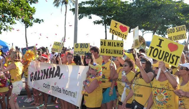 No alto, o naipe de tubas da Galinha do Meio-Dia; acima, um registro dos desfiles animados da banda / Foto: divulgação