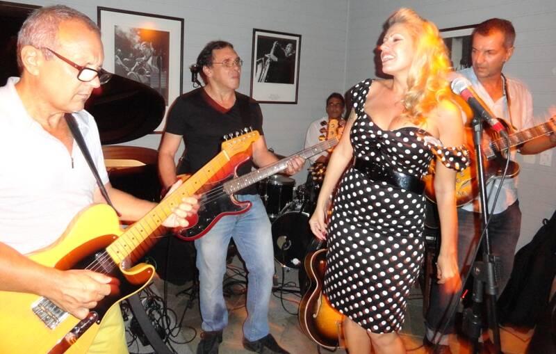 Na foto acima: Andrea Falcão e André Cechinel; no meio, o mesmo casal ao lado de Noélia Chermont de Britto e Ana Lima; nesta foto, a banda, com parte do grupo Conexão Rio