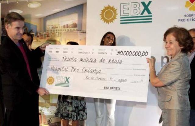 Eike Batista e Rosa Célia: o empresário entrega à médica, fundadora do Hospital Pró Criança, um cheque de R$ 30 milhões / Foto: Murillo Tinoco