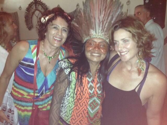 Na foto acima, a editora Anna Bentes, a índia cantora Ayani Huni Hui; nesta foto, a escultora Lili Maltharollo, a índia e a atriz Mariana da Costa Pinto no evento do Nirvana