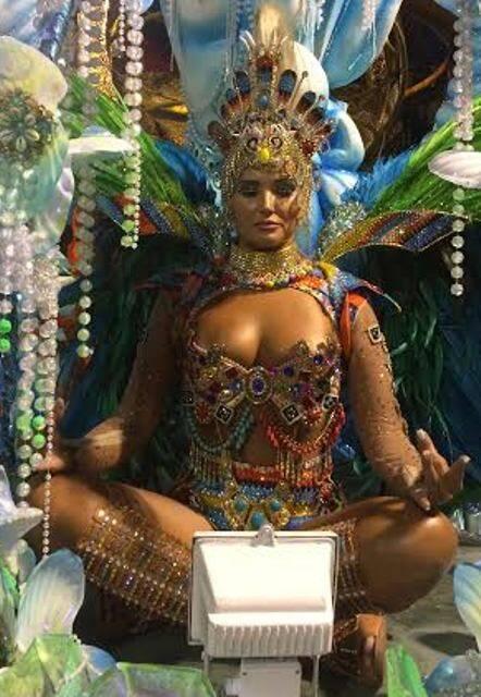 Luciana Pittigliani: um dos destaques da Beija-Flor, deve ser a única sambista a fazer meditação em plena Marquês de Sapucaí (ela é muito mais bonita do que nessa foto amadora, vale a observação)