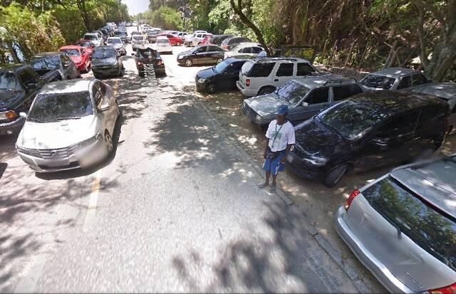 Carros estacionam irregularmente na rua, no caminho para a Prainha / Foto: Google Maps
