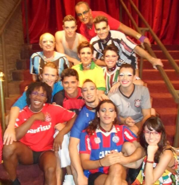 """O elenco de """"Dzi Croquettes em Bandália"""" com Radha Barcelos (à direita)/ Foto: Geraldo Valadares"""