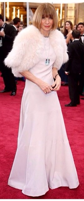 Anna Wintour:  a diretora da Vogue americana precisa dar atenção à sua postura meio curvada, quase corcunda / Foto: reprodução Internet