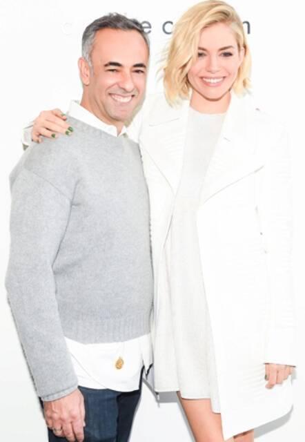 Francisco Costa com Sienna Miller: o diretor criativo de Calvin Klein fez a aparição com a atriz / Foto: divulgação