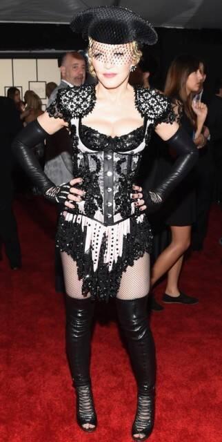 Madonna: o 'vestido' de cantora durante a premiação do Grammy 2015, é a cara de alguns feitos nos barracões das escolas de samba / Foto: Getty imagens (IG)