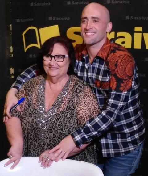 """Dona Déa e o comediante Paulo Gustavo, no lançamento do livro """"Minha mãe é uma peça"""", no Village Mall/ Foto: divulgação"""