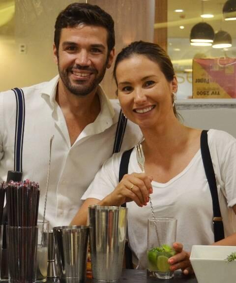 Jéssica Sanchez, no alto, recebe no Cipriani, no Copacabana Palace, o casal Guilherme e Flavi, que comanda um bar na região do Algarve, em Portugal/ Fotos: divulgação