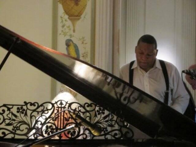 No alto, Antônio Alberto Gouvêa Vieira e Wynton Marsalis; no centro, o jazzista com Vanda Klabin e Juju Muller; acima, Marcos Valle ao piano, observado por Marsalis/ Fotos: divulgação