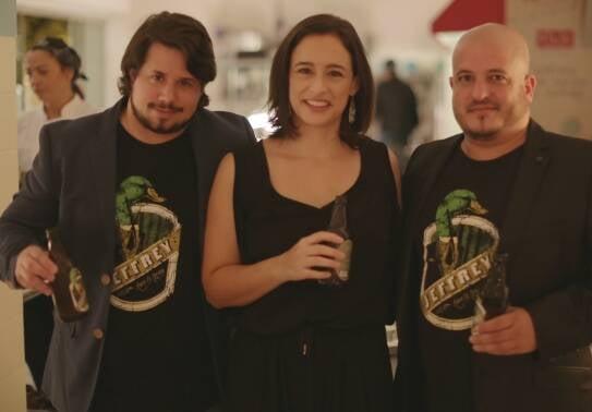 A chef Bel Coelho, entre os cervejeiros cariocas Gilson Val e Raphael Bloise, na noite paulista/ Foto: divulgação