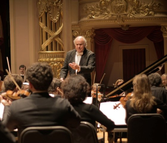 O maestro Isaac Karabtchevsky em apresentação com a OPES no Theatro Municipal do Rio/ Foto: divulgação