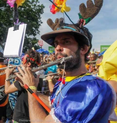 João Ostrower já virou personagem folclórico do carnaval de rua carioca, com sua fantasia de alce/ Foto: divulgação
