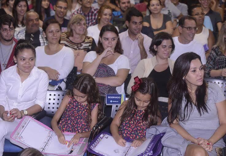No alto, Claudia Romano e Ricardo Boechat; nesta foto, o auditório lotado, tendo à frente Catarina e Valentina (filhas do jornalista) com a mãe, Veruska / Fotos: Ana Colla