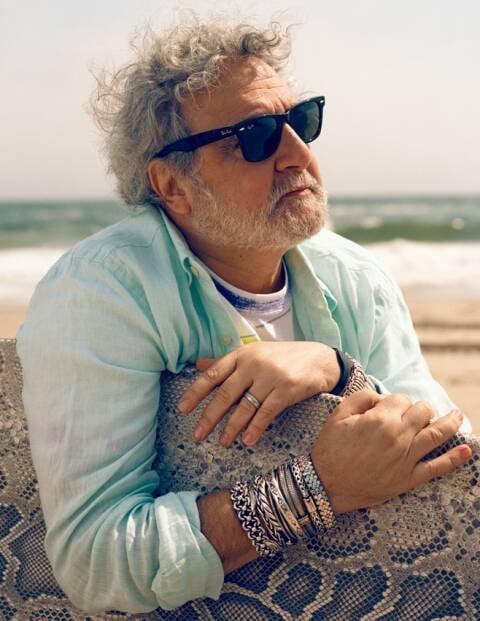 O designer brasileiro Carlos Falchi, radicado nos EUA, ganhou duas vezes o Oscar da moda/ Foto: divulgação