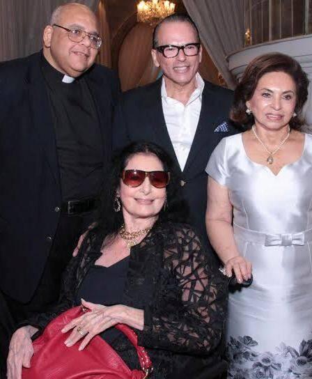 Carmem Mayrink Veiga com Padre Jorjão, Heckel e Cleuba Verri - jantar com mais de 100 convidados, na Julieta de Serpa / Foto: Marcelo Borgongino