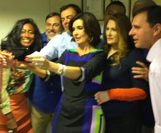 Na foto acima, William Bonner e Glória Maria; nesta foto, a selfie de Fátima com parte do grupo convidado