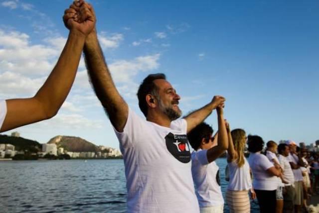 Abraço simbólico à Lagoa neste domingo: início do movimento Eu sou Rio pela Paz/ Foto: Guilherme Leporace