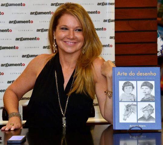"""Acia Stern, na noite de autógrafos de seu livro """"A Arte do Desenho""""/ Foto: divulgação"""