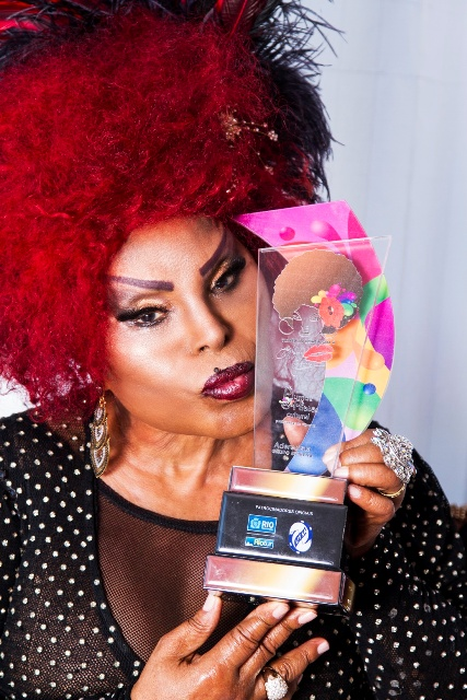 Elza Soares e o troféu do prêmio Plumas & Paetês, com o seu rosto desenhado/ Foto: divulgação