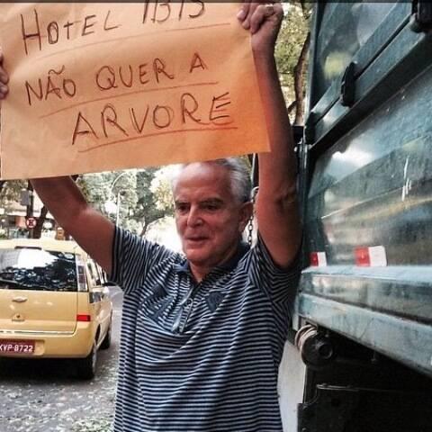 Ricardo Stambowsky mobilizou vizinhos para salvar as árvores da rua Xavier da Silveira, esse domingo (12/04), em Copacabana/ Foto: divulgação