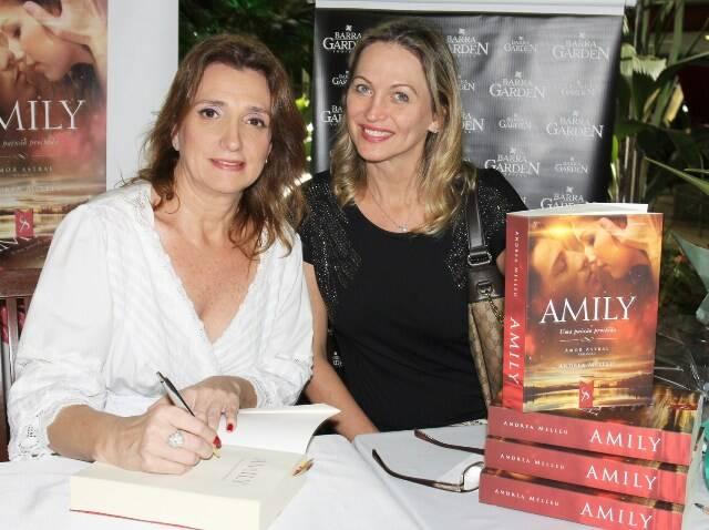 Andrea Melleu, a autora, autografa o livro para Adriana Colin, no Barra Garden/ Foto: Vera Donato