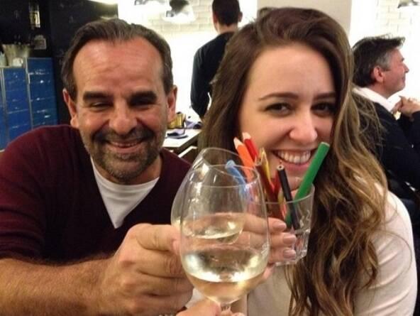 Roberta Sá e seu empresário, João Mário Linhares, brindam o lançamento do vinho que foi ideia da cantora/ Foto: Instagram