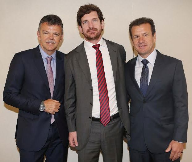 O secretário da Casa Civil, Leonardo Espíndola com Gilmar e Dunga - momento apreciado por ele, louco por futebol / Foto: divulgaçãção