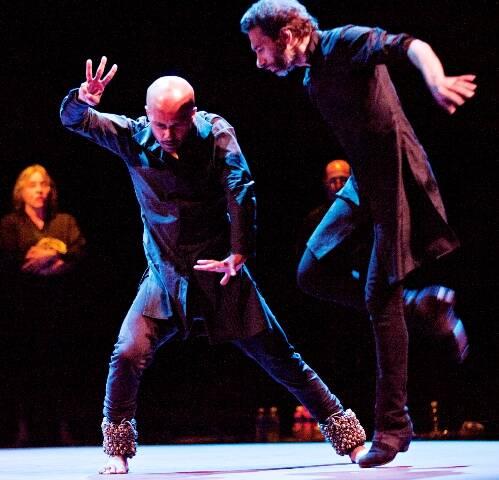 O bailarino Harry Alexandre, no alto, da Michael Clark Company, no alto; acima, o pas de deux inusitado entre flamenco e dança indiana, no espetáculo Torobaka/ Fotos: Jake Walters e divulgação