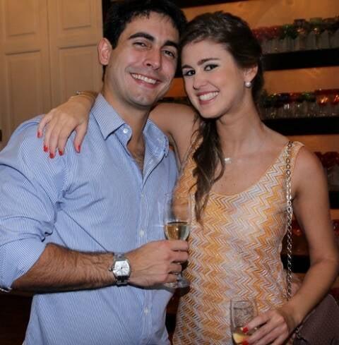 A linda Astrid Lima Rocha com o namorado, Henrique Faria: muita gente de fora chega ao Rio para o casamento / Foto: Vera Donato