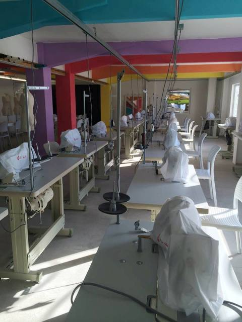 Gabriela Mazepa, no alto, e o novo laboratório de moda do IED, pronto para ser inaugurado/ Fotos: divulgação