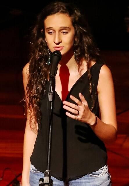 Antonia Medeiros cantando pertinho