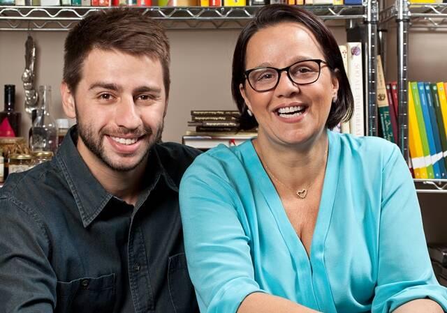 Monique e seu filho Pedro: os dois recebem, neste sábado, para almoço com mais de 100 convidados/ Foto: Rodrigo Azevedo