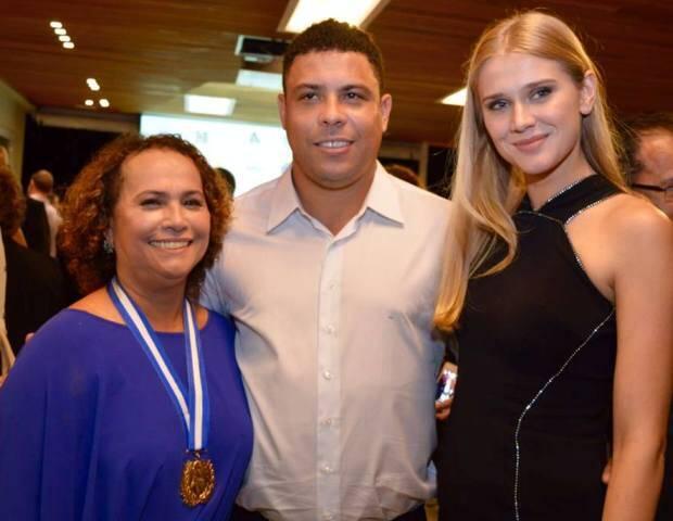 Ronaldo ajuda, orgulhoso, sua mãe a colocar o colar da medalha Chiquinha Gonzaga, no alto; acima, Sonia, Ronaldo e a namorada dele, Celina Locks/ Fotos: Rodrigo Mesquita