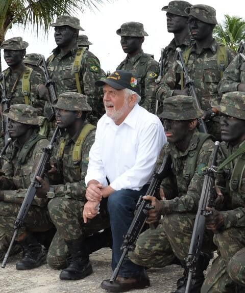 O ministro Jaques Wagner com integrantes do 5º Pelotão Especial de Fronteira/ Foto: Jorge Cardoso