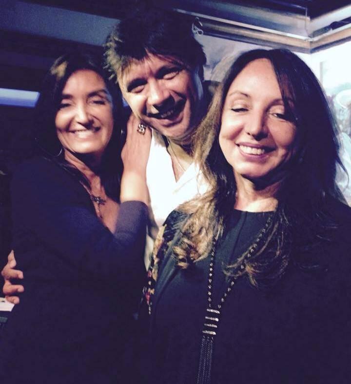 O cantor Marcos Napoleão entre as amigas Lucia Guanabara e Beth Jeker no show em Ipanema / Foto: reprodução