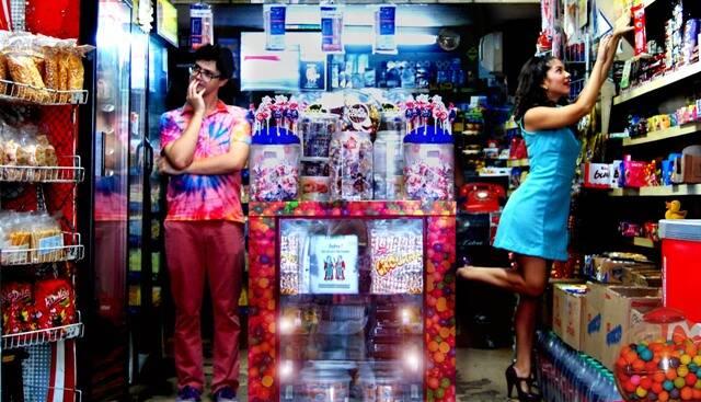 Cena no calçadão de Copacabana e numa loja da Glória: bairros da Zona Sul são quase personagens da peça/ Foto: Élio de Oliveira
