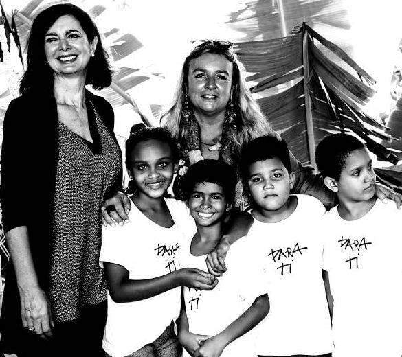 Laura Boldrini e Lidia Urani: presidente da Câmara dos Deputados da Itália com a diretora da Para Ti e algumas crianças da ONG