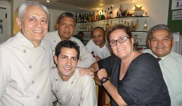 Siri Mole: a sócia do restaurante, que acaba de fechar as portas, com parte de sua equipe: Vicente, Hernani, Juvenil, Joelson, Vicente e Pedro - todos desempregados / Foto: Lu Lacerda
