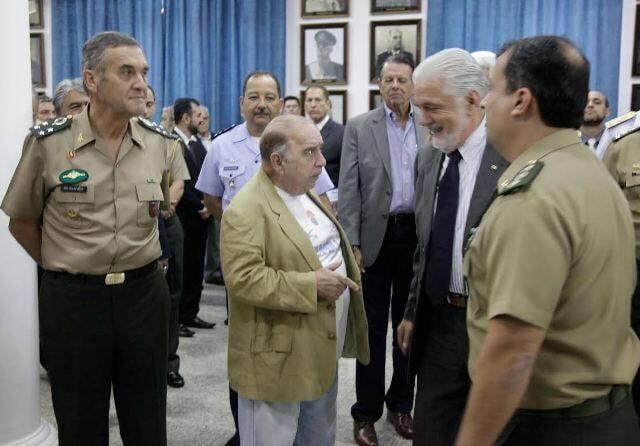 O comediante Castrinho, ao centro, conversa com o ministro da Defesa Jaques Wagner, no aniversário do Colégio Militar do RJ/ Foto: Felipe Barra/Ascom/MD