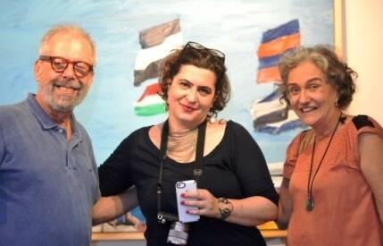 Na primeira foto, Vanda Klabin e John Nicholson; nesta foto, Luiz Aquila, Clarisse Tarran e Vânia Castro na abertura da exposição no Parque das Ruínas / Foto: Jorge Calfo