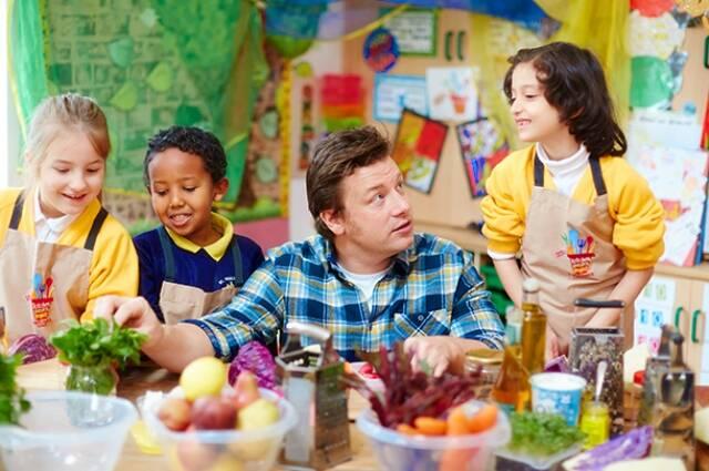 Jamie Oliver em uma das oficinas culinárias para ensinar hábitos saudáveis para crianças/ Foto: reprodução da internet
